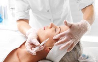 Dermie rzeszow - Kosmetyczka wykonuje mezoterapię igłową